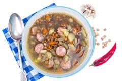 蔬菜汤用鸡豆和熏制的香肠 图库摄影