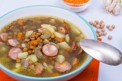 蔬菜汤用鸡豆和熏制的香肠 免版税库存图片