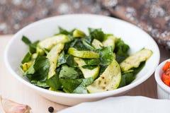 蔬菜沙拉用夏南瓜,菠菜,反弹新鲜,健康盘 图库摄影