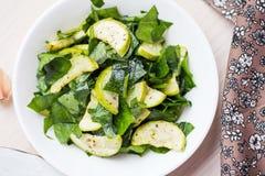 蔬菜沙拉用夏南瓜,菠菜,反弹新鲜,健康盘 免版税库存照片