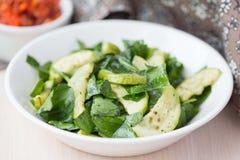 蔬菜沙拉用夏南瓜,菠菜,反弹新鲜,健康 库存照片