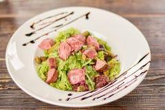 蔬菜沙拉用牛肉、cornichons和芥末 免版税库存照片