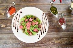 蔬菜沙拉用牛肉、cornichons和芥末 免版税图库摄影