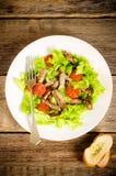 蔬菜沙拉用蕃茄和烤牛肉在一个白色盘 库存图片