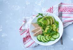 蔬菜沙拉用鲕梨、蒸丸子和豆腐 免版税图库摄影