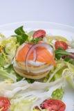 蔬菜沙拉用以心脏的形式鸡蛋,三文鱼,西红柿 免版税库存照片