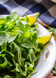 蔬菜沙拉芝麻菜和婴孩菠菜与石灰 免版税库存图片