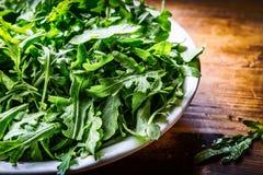 蔬菜沙拉芝麻菜和婴孩菠菜与石灰 免版税图库摄影