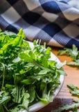 蔬菜沙拉芝麻菜和婴孩菠菜与石灰 图库摄影