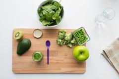 蔬菜泥或婴儿食品和果子在船上 免版税库存图片
