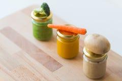 蔬菜泥或婴儿食品在玻璃瓶子 库存照片