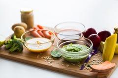 蔬菜泥或婴儿食品在玻璃碗 免版税图库摄影