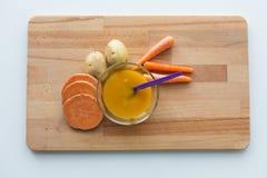 蔬菜泥或婴儿食品在碗有匙子的 免版税图库摄影