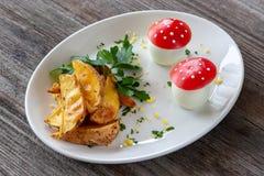 蔬菜菜肴:与绿色的被烘烤的土豆和在t的熟蛋 免版税库存照片
