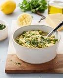 蔬菜通心粉汤、意大利菜汤与面团和皱叶甘蓝 图库摄影
