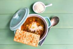 蔬菜通心粉汤汤微型砂锅用薄脆饼干和帕尔马干酪 免版税图库摄影