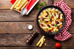 蔬菜通心粉汤汤 蔬菜汤用新鲜的蕃茄、芹菜、红萝卜、夏南瓜、葱、胡椒、豆和面团 意大利cuisi盘  库存照片