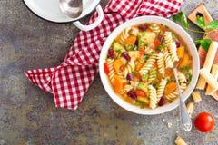 蔬菜通心粉汤汤 蔬菜汤用新鲜的蕃茄、芹菜、红萝卜、夏南瓜、葱、胡椒、豆和面团 意大利cuisi盘  免版税图库摄影