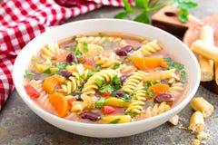 蔬菜通心粉汤汤 蔬菜汤用新鲜的蕃茄、芹菜、红萝卜、夏南瓜、葱、胡椒、豆和面团 意大利cuisi盘  图库摄影