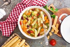 蔬菜通心粉汤汤 蔬菜汤用新鲜的蕃茄、芹菜、红萝卜、夏南瓜、葱、胡椒、豆和面团 意大利cuisi盘  免版税库存图片