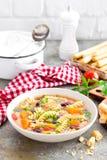 蔬菜通心粉汤汤 蔬菜汤用新鲜的蕃茄、芹菜、红萝卜、夏南瓜、葱、胡椒、豆和面团 意大利cuisi盘  库存图片