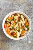 蔬菜通心粉汤汤 蔬菜汤用新鲜的蕃茄、芹菜、红萝卜、夏南瓜、葱、胡椒、豆和面团 库存照片