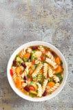 蔬菜通心粉汤汤 蔬菜汤用新鲜的蕃茄、芹菜、红萝卜、夏南瓜、葱、胡椒、豆和面团 免版税库存图片