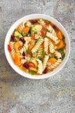 蔬菜通心粉汤汤 蔬菜汤用新鲜的蕃茄、芹菜、红萝卜、夏南瓜、葱、胡椒、豆和面团 库存图片
