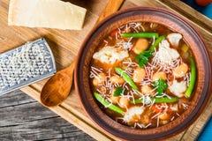 蔬菜通心粉汤蔬菜汤用帕尔马干酪,豆, cauliflow 免版税库存照片