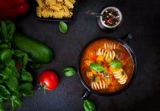 蔬菜通心粉汤,与面团的意大利蔬菜汤在黑背景 免版税库存照片
