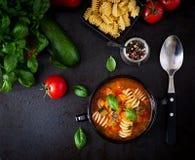 蔬菜通心粉汤,与面团的意大利蔬菜汤 顶视图 库存照片