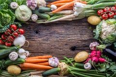 蔬菜 新鲜蔬菜的分类在土气老橡木桌上的 从市场的菜 库存照片