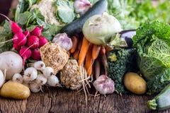 蔬菜 新鲜蔬菜的分类在土气老橡木桌上的 从市场的菜 免版税库存图片