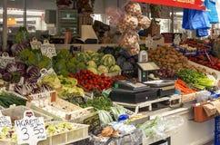 蔬菜水果商在新的Testaccio邻里市场上在罗马 免版税库存图片