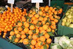 蔬菜水果商摊位用柑桔普通话和桔子与 免版税库存图片