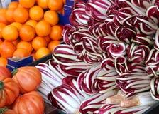 蔬菜水果商摊位用蕃茄红色苦苣生茯和桔子 免版税库存照片
