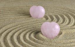 蔷薇石英心脏在禅宗庭院里 库存照片