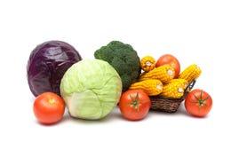 蕃茄、圆白菜和玉米在白色背景 库存图片