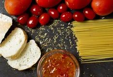 蕃茄、大蒜和意粉 库存照片