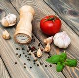 蕃茄、大蒜和蓬蒿 免版税库存图片