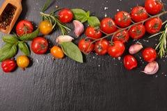 蕃茄、大蒜和蓬蒿 库存图片