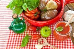 蕃茄、无盐干酪和新鲜的蓬蒿 库存图片