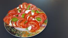 蕃茄、无盐干酪和蓬蒿caprese在罐 免版税库存照片