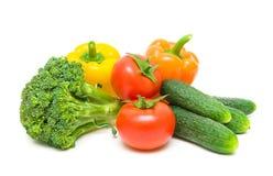 蕃茄、硬花甘蓝、胡椒和黄瓜在白色后面 库存照片