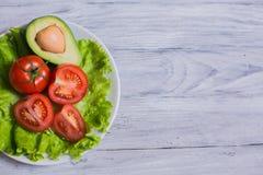 蕃茄、莴苣和鲕梨沙拉  免版税库存照片