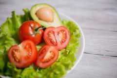 蕃茄、莴苣和鲕梨沙拉  库存图片
