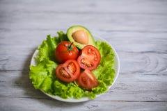 蕃茄、莴苣和鲕梨沙拉  免版税库存图片