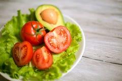 蕃茄、莴苣和鲕梨沙拉  库存照片