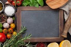 蕃茄、蓬蒿、橄榄油和香料 免版税图库摄影