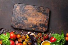 蕃茄、蓬蒿、橄榄油和香料 免版税库存照片